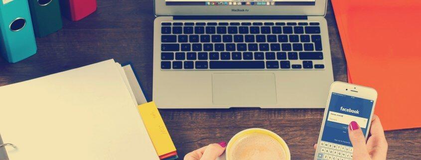 Schreibtisch mit einem Laptop und Akten.